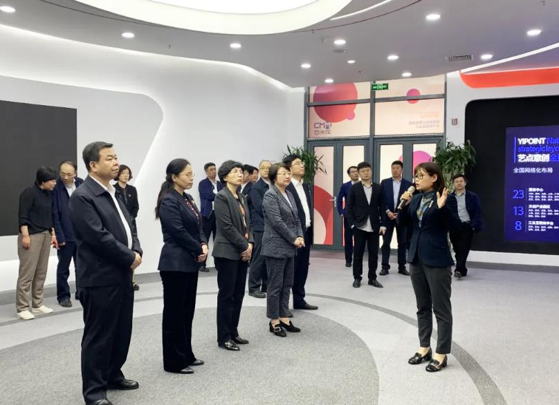 天津西青區一行領導蒞臨藝點意創旗下工業互聯網平臺-忽米網參觀考察